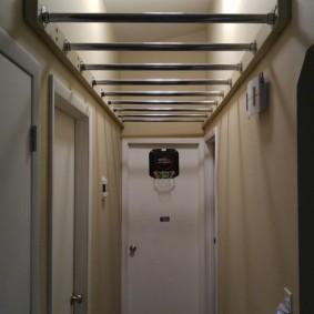 Детский рукоход в коридоре квартиры