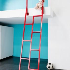 Красная лестница на второй ярус детской комнаты