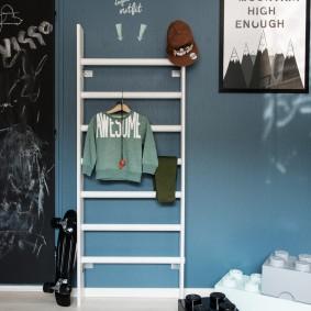 Детская одежда на шведской стенке