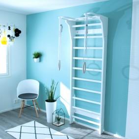 Голубая стена в комнате мальчика