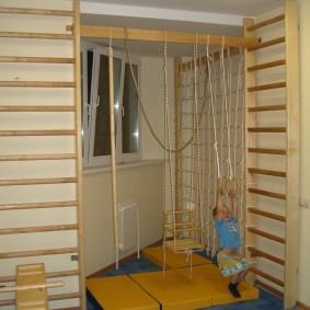 Спортивный уголок из дерева для маленького ребенка