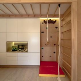 Лестница-рукоход на потолке небольшой комнаты
