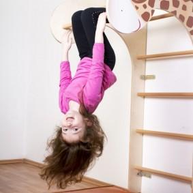 Шведская стенка в виде жирафа для маленького ребенка