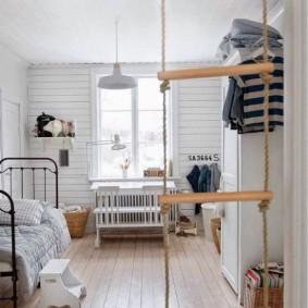 Деревянные перекладины веревочной лестницы