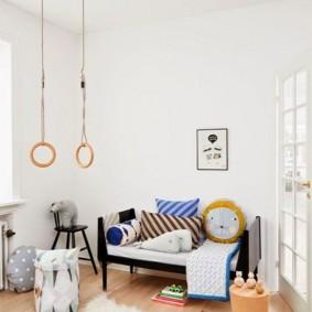 Детская комната с белым потолком