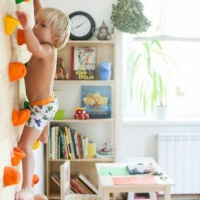 Стенка для скалолазания в комнате ребенка