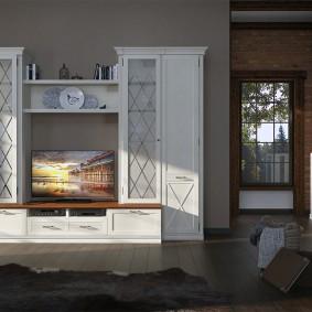 Белая стенка в гостиной с деревянным полом