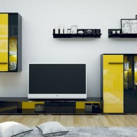 Желто-черная стенка модульной конструкции