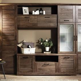 Мебель с деревянными фасадами для гостиной деревенского стиля