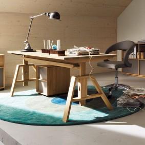 Деревянный стол с регулируемыми ножками