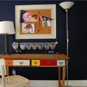 Цветные выдвижные ящики в письменном столе