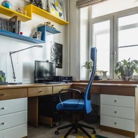 Комфортный стол для занятий в комнате мальчика