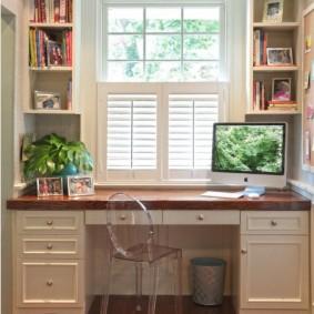 Письменный стол с удобными ящиками в тумбах