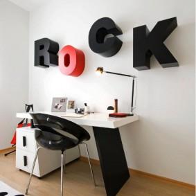 Стильный стол в комнате юного любителя рок музыки