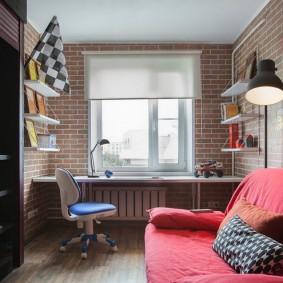 Красный диван в детской комнате