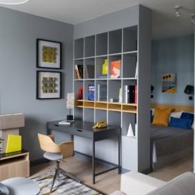 Серый стеллаж в комнате подростка