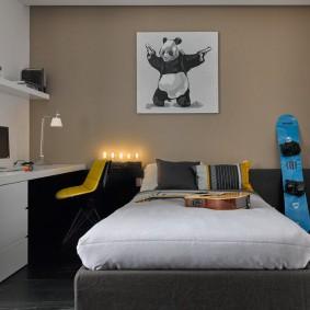 Узкая кровать в небольшой комнате