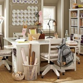 Квадратный стол для двоих детей