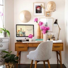 Розовые пионы на письменном столе