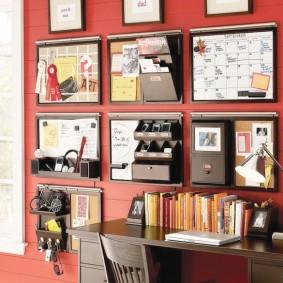 Хранения письменных принадлежностей на стене комнаты