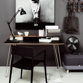 Черный стул в комнате подростка
