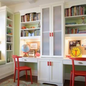 Красные стулья в комнате разнополых детей