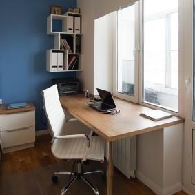 Рабочее место подростка перед окном комнаты