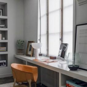 Длинный стол вдоль окна комнаты