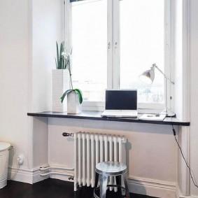 Белый радиатор отопления под окном детской