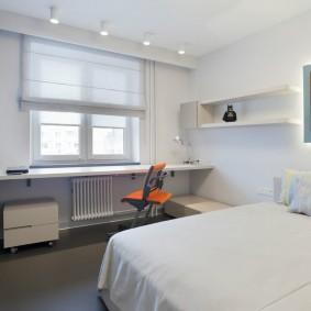 Широкая кровать в спальной комнате