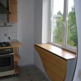Откидная столешница на кухонном подоконнике