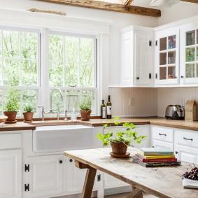 Мойка перед окном кухни в загородном доме
