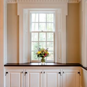Черный стол-подоконник в коридоре дома