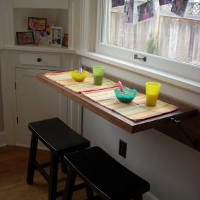 Небольшой столик откидного типа