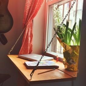Откидной столик на проволочных подвесках