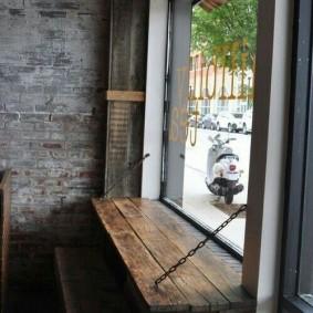 Откидной столик из сосновых досок