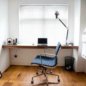Удобный стул на колесиках в светлой комнате