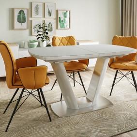 Раскладной белый стол из полимерных материалов