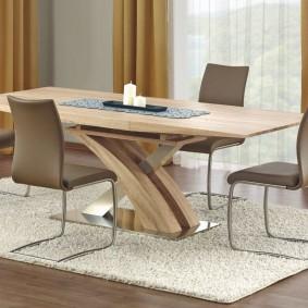 Обеденный стол на светлом коврике в гостиной