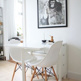 Белый стол-тумба в скандинавском стиле