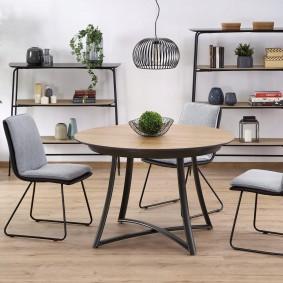 Круглый столик на металлических ножках