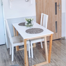Складной столик для небольшой гостиной