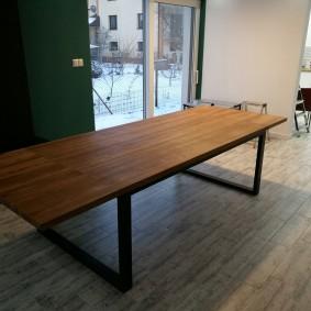 Длинный стол в индустриальном стиле