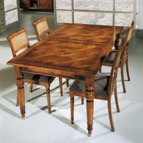 Деревянный стол для гостиной в английском стиле