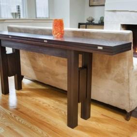 Раскладной стол за спинкой дивана в гостиной