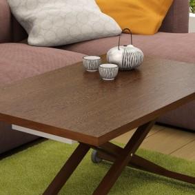 Маленький столик в гостиную комнату