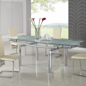 Стеклянный стол на металлическом основании