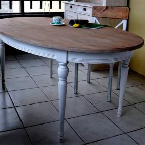 Небольшой стол для обедов в гостиной комнате