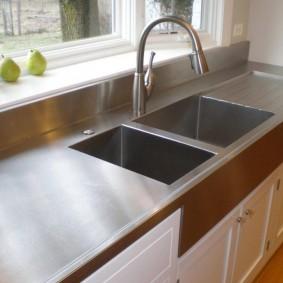 Встроенная кухонная мойка из нержавейки