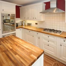 Рабочие поверхности из дерева в интерьере кухни